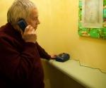 Сны Юрия Альберта по телефону на выставке изучает его коллега по цеху Игорь Макаревич © Stella Art Foundation