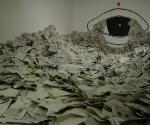 Дмитрий Пригов. Winter russische reise. 2004. Инсталляция, газеты, скамейка, акриловая краска. Размеры варьируются © Автор