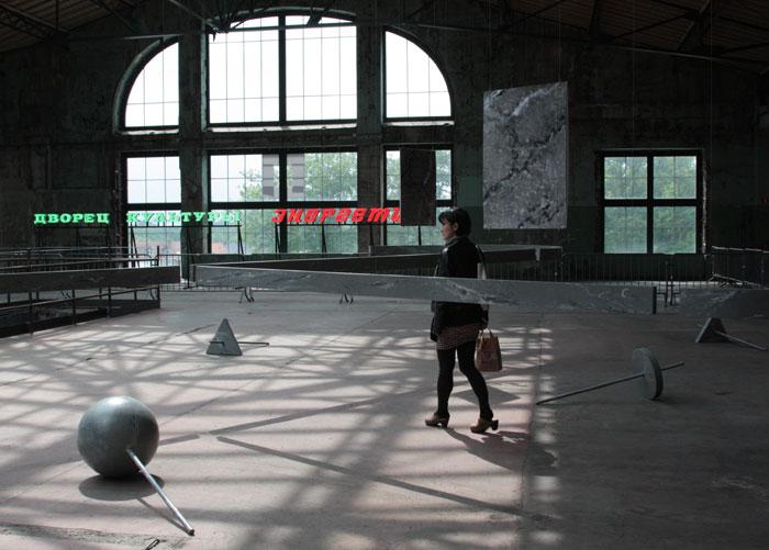 Claire Fontaine. Дворец культуры «Энергетик». 2012 На переднем плане: Бен Кейн. Работа в темноте. 2012 © Валерий Леденёв