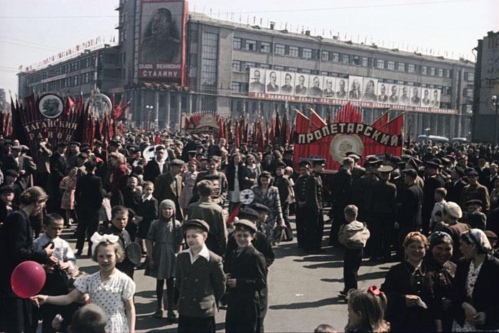 Владислав Микоша. Первомайская демонстрация в Москве. 1948 © Предоставлено Мультимедиа Арт Музеем / Московским домом фотографии