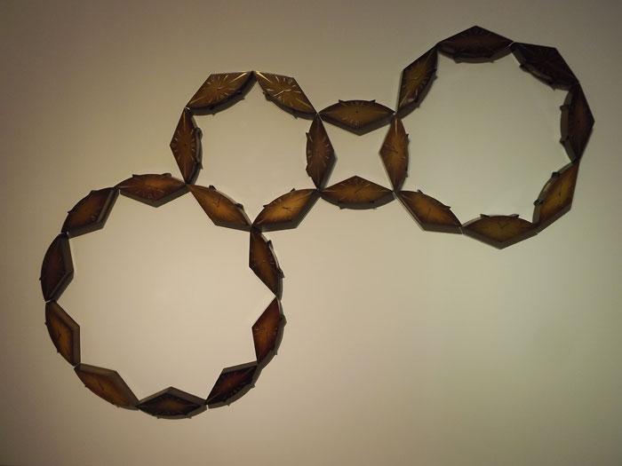 Знаки бесконечного вращения шестеренок Вселенной, выложенные из старых часов Наталией Зинцовой © Сергей Хачатуров