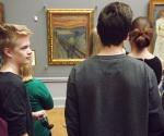 Юные норвежцы постоянно совершают паломничество к святыне Осло – полотну «Крик» в Национальном музее © Фото: Сергей Хачатуров