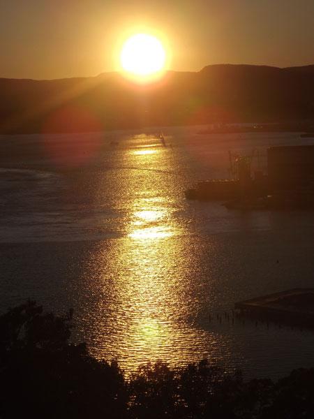 Любимый мотив Мунка: планету, отраженную в воде золотой дорожкой, сегодня удалось увидеть с участием солнца  © Фото: Сергей Хачатуров