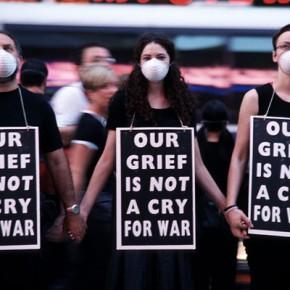 Акция «Наша скорбь – не призыв к войне» © Dread Scott