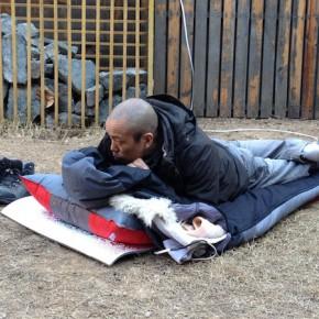 Китайский художник спит на улице
