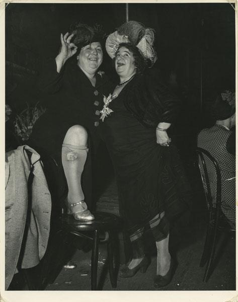 Уиджи. Актрисы района Боури Билли Доша и Мейбел Сидни. Нью-Йорк. 4 декабря 1944 © Weegee / International Center of Photography / Getty Images